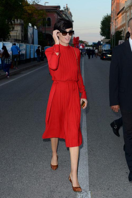 Paz Vega con vestido midi rojo en el festival de Venecia 2015