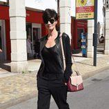 Paz Vega con un sencillo look de chaqueta y pantalón negro en el festival de Venecia 2015