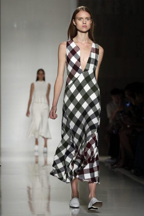 Vestido de cuadros de la colección primavera/verano 2016 de Victoria Beckham en Nueva York Fashion Week