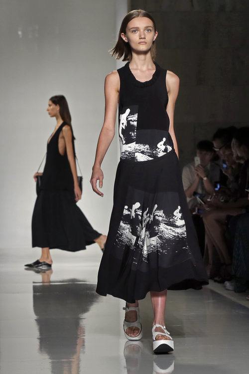 Vestido negro de la colección primavera/verano 2016 de Victoria Beckham en Nueva York Fashion Week