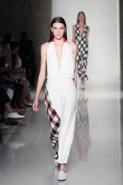 Jumpsuit blanco con cuadros de la colección primavera/verano 2016 de Victoria Beckham en Nueva York Fashion Week