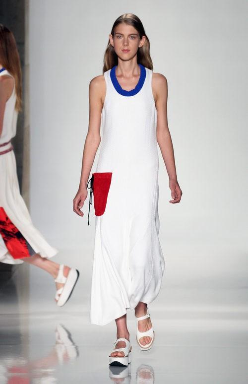 Vestido blanco con bolsillo de la colección primavera/verano 2016 de Victoria Beckham en Nueva York Fashion Week
