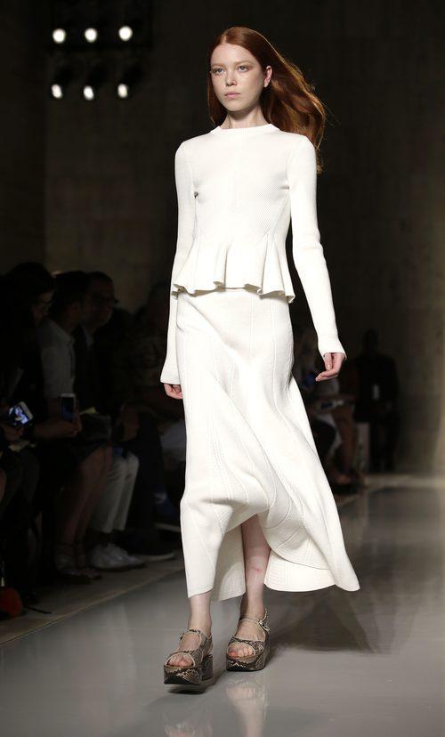 Dos piezas blanco de la colección primavera/verano 2016 de Victoria Beckham en Nueva York Fashion Week