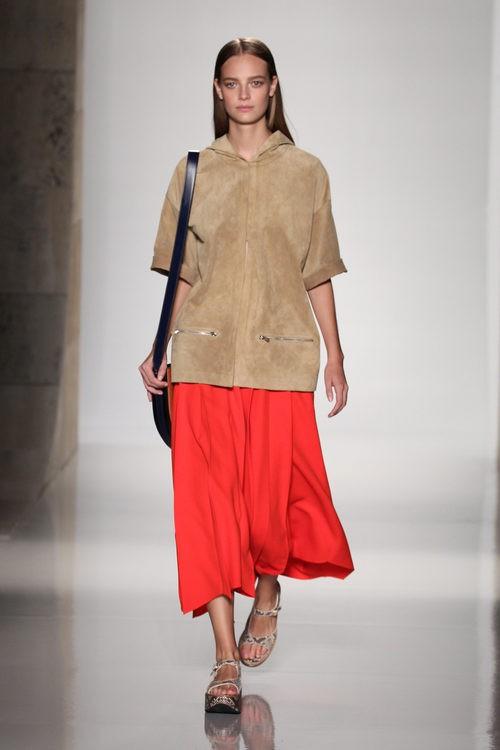 Falda roja midi de la colección primavera/verano 2016 de Victoria Beckham en Nueva York Fashion Week