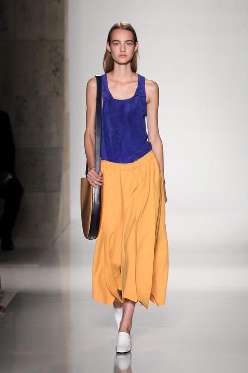 Falda mostaza midi de la colección primavera/verano 2016 de Victoria Beckham en Nueva York Fashion Week