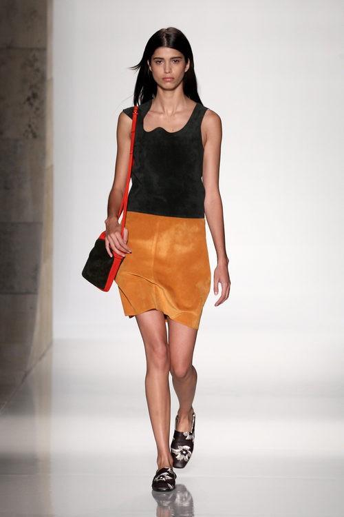 Vestido de ante bicolor de la colección primavera/verano 2016 de Victoria Beckham en Nueva York Fashion Week