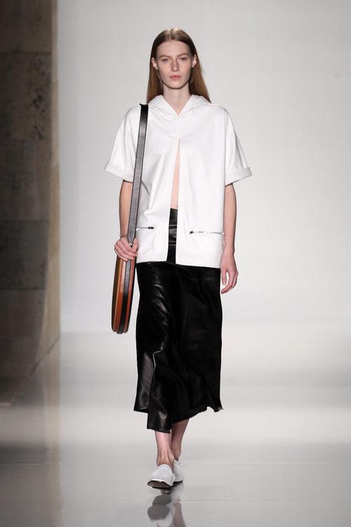 Falda negra de la colección primavera/verano 2016 de Victoria Beckham en Nueva York Fashion Week