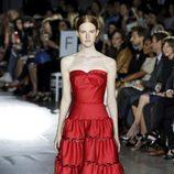 Vestido rojo palabra de honor de la colección de primavera/verano 2016 de Zac Posen de Nueva York Fashion Week