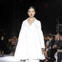 Traje de capa y falda larga blanca de la colección de primavera/verano 2016 del desfile de Zan Posen en la Nueva York Fashion Week