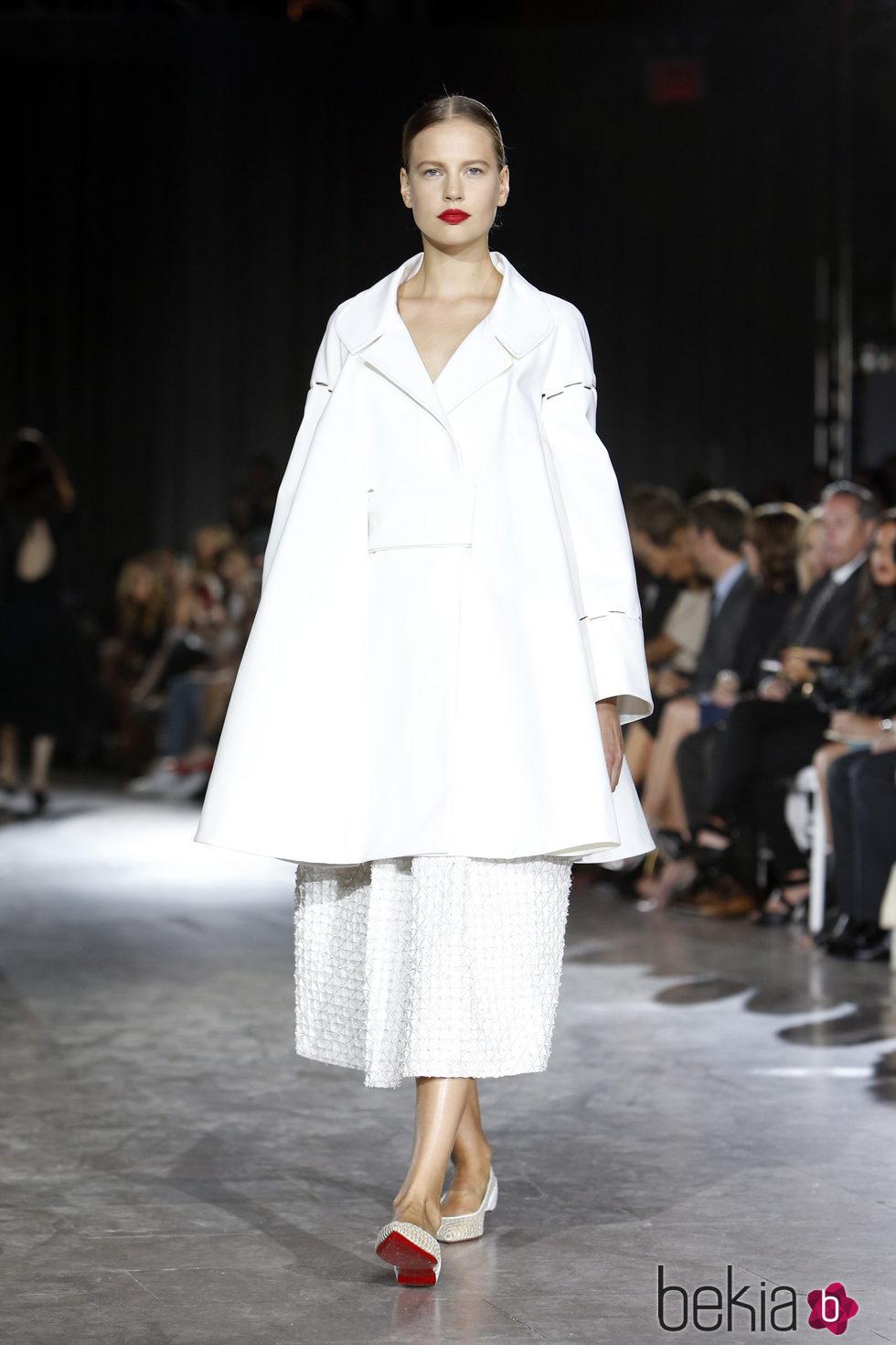 031787fdd9b Traje de capa y falda larga blanca de la colección de primavera verano 2016  del