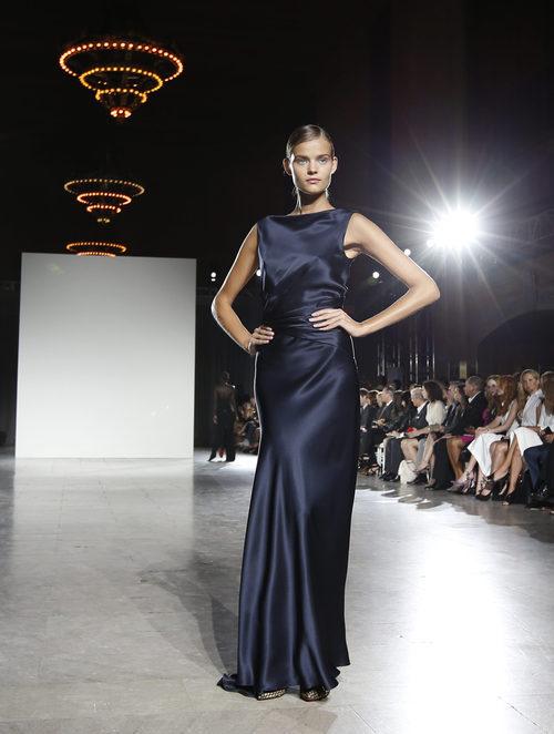 Vestido azul marino ajustado de la colección de primavera/verano 2016 de Zac Posen en Nueva York Fashion Week