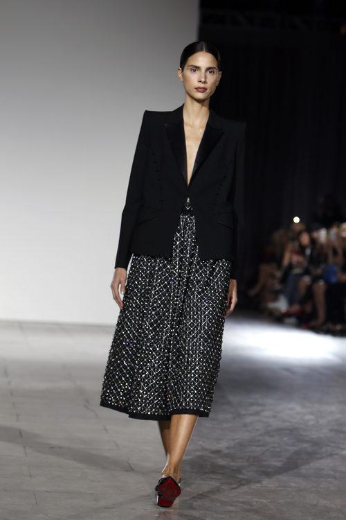 Traje de americana negra y falda de vuelo estampada de la colección de primavera/verano 2016 de Zac Posen en Nueva York Fashion Week