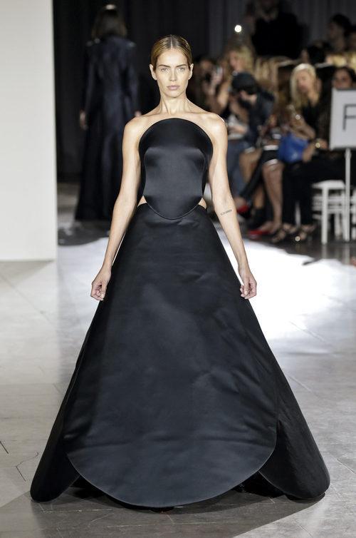 Vestido negro largo de la colección de primavera/verano 2016 de Zac Posen en Nueva York Fashion Week