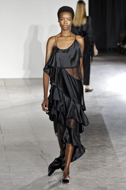 Vestido negro de volantes de la colección de primavera/verano 2016 de Zac Posen en Nueva York Fashion Week