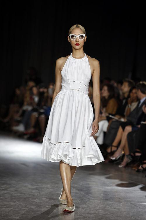 Vestido blanco con falda de vuelo de la colección de primavera/verano 2016 de Zac Posen en Nueva York Fashion Week