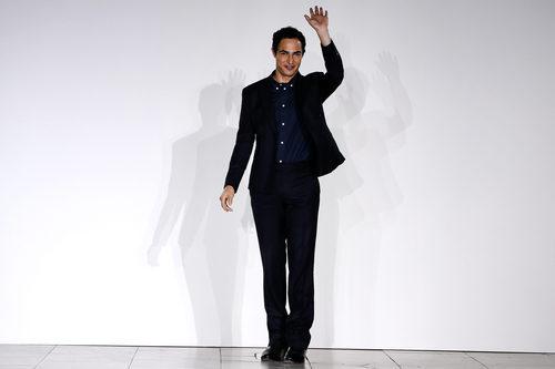Zac Posen tras finalizar el desfile de su colección primavera/verano 2016 en Nueva York Fashion Week