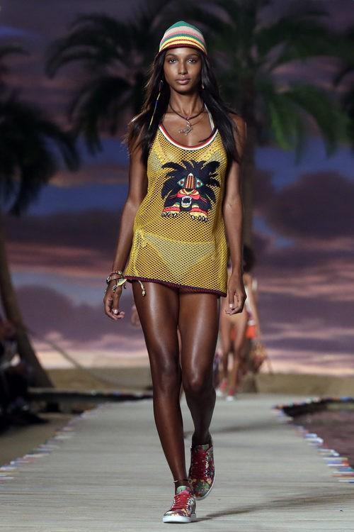 Camiseta amarilla de la colección de Tommy Hilfiger en la colección primavera/verano 2016 en la Nueva York Fashion Week