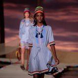 Vestido azul con vuelo de la colección de primavera/verano 2016 de Tommy Hilfiger en Nueva York Fashion Week