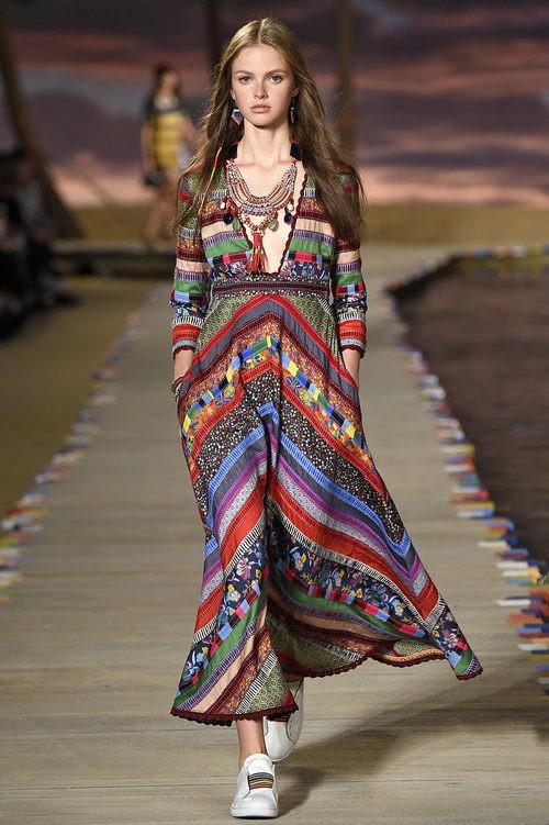 Vestido largo de estampado étnico de la colección de primavera/verano 2016 de Tommy Hilfiger en Nueva York Fashion Week