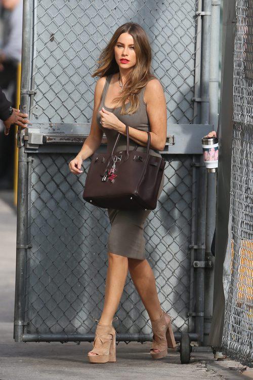 Sofía Vergara con un vestido gris de tirante ancho y unas sandalias de ante beige