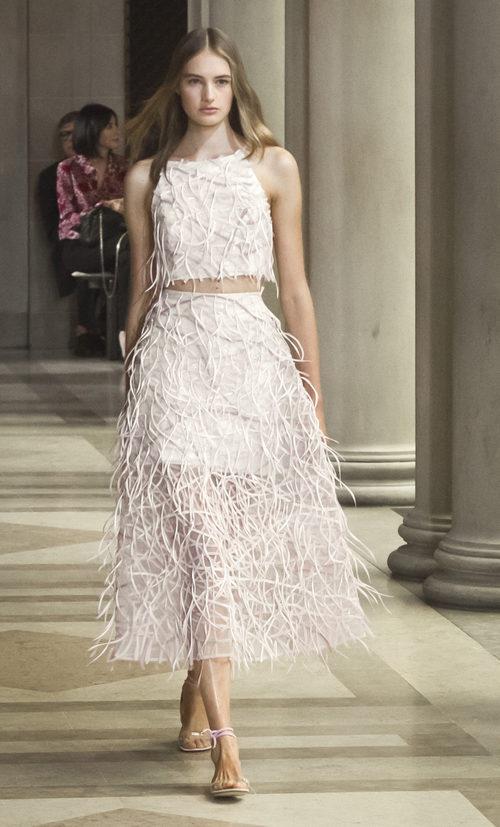 Conjunto de camisa y pantalón rosa de la colección primavera/verano 2016 de Carolina Herrera en New York Fashion Week