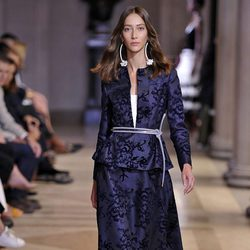 Traje de chaqueta y falda azul marino de la colección de Carolina Herrera primavera/verano 2016 en la Nueva York Fashion Week