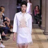 Traje de camisa y falda blanca de la colección de primavera/verano 2016 del desfile de Carolina Herrera en la Nueva York Fashion Week