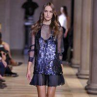 Vestido morado corto de la colección de Carolina Herrera primavera/verano 2016 en la Nueva York Fashion Week