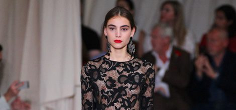 Vestido negro de la colección de primavera/verano 2016 de Oscar de la Renta en Nueva York Fashion Week