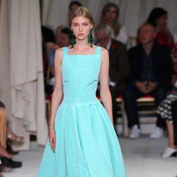 Vestido de noche azul de la colección de primavera/verano 2016 de Oscar de la Renta en Nueva York Fashion Week