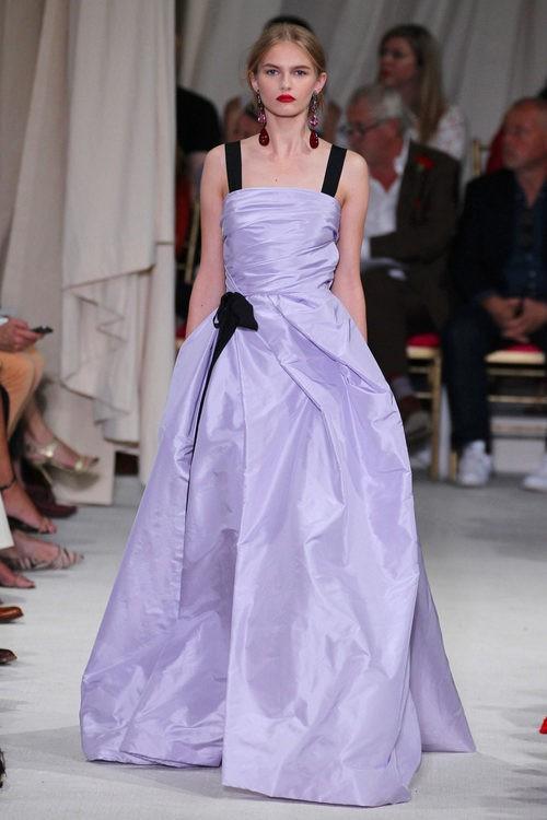 Vestido de noche malva de la colección de primavera/verano 2016 de Oscar de la Renta en Nueva York Fashion Week