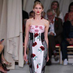 Vestido ajustado midi de la colección de primavera/verano 2016 de Oscar de la Renta en Nueva York Fashion Week