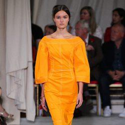 Vestido mostaza de la colección de primavera/verano 2016 de Oscar de la Renta en Nueva York Fashion Week