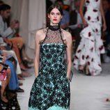 Vestido azul y negro de la colección de primavera/verano 2016 de Oscar de la Renta en Nueva York Fashion Week