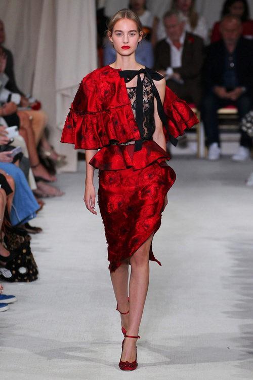 Vestido rojo y negro de la colección de primavera/verano 2016 de Oscar de la Renta en Nueva York Fashion Week
