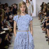 Vestido azul midi de la colección de primavera/verano 2016 de Michael Kors en Nueva York Fashion Week