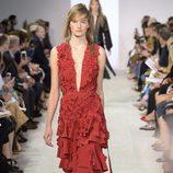 Vestido rojo de la colección de primavera/verano 2016 de Michael Kors en Nueva York Fashion Week