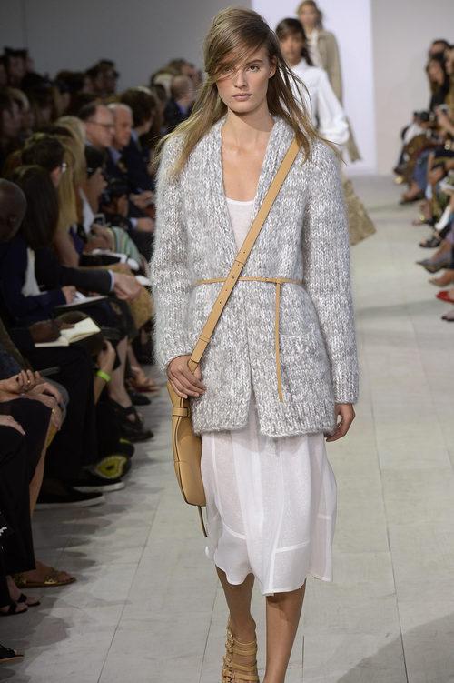 Chaqueta gris y falda blanca de la colección de primavera/verano 2016 de Michael Kors en Nueva York Fashion Week