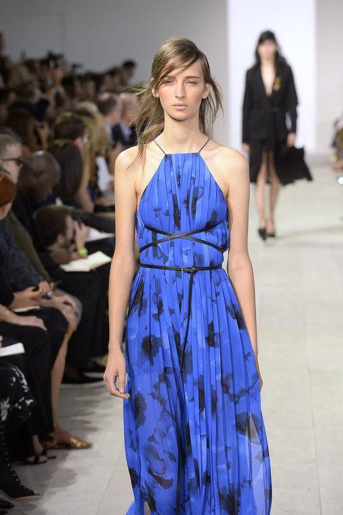 Vestido azul y negro de la colección de primavera/verano 2016 de Michael Kors en Nueva York Fashion Week
