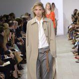Gabardina beige y pantalon gris de la colección de primavera/verano 2016 de Michael Kors en Nueva York Fashion Week