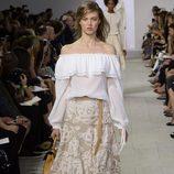 Camisa blanca y falda beige de la colección de primavera/verano 2016 de Michael Kors en Nueva York Fashion Week
