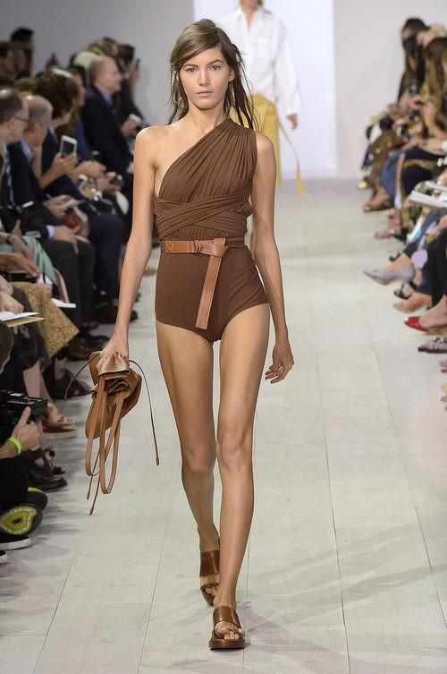 Bañador marrón de la colección de primavera/verano 2016 de Michael Kors en Nueva York Fashion Week