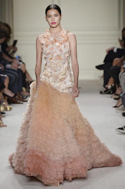 Vestido rosa degradado de la colección de primavera/verano 2016 de Marchesa en Nueva York Fashion Week