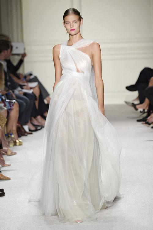 Vestido largo blanco de la colección de primavera/verano 2016 de Marchesa en Nueva York Fashion Week