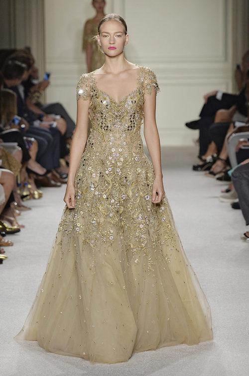 Vestido dorado largo de la colección de primavera/verano 2016 de Marchesa en Nueva York Fashion Week