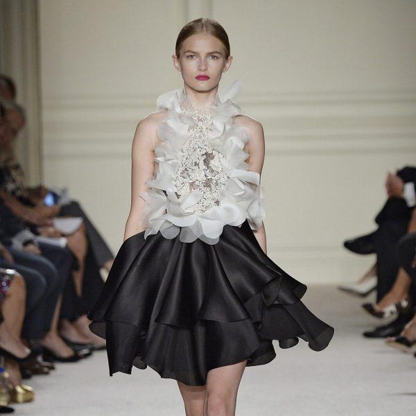 54eec12da Vestido blanco y negro de la colección de primavera verano 2016 de Marchesa  en Nueva York Fashion Week - Desfile de la colección de primavera verano  2016 de ...