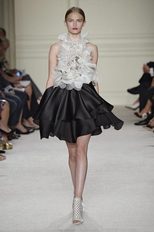 Vestido blanco y negro de la colección de primavera/verano 2016 de Marchesa en Nueva York Fashion Week