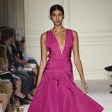 Vestido fucsia largo de la colección de primavera/verano 2016 de Marchesa en Nueva York Fashion Week