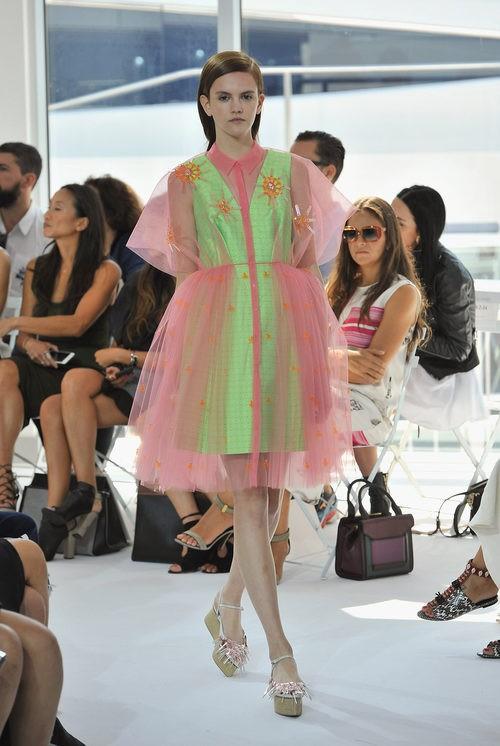 Vestido verde y rosa de la colección de primavera/verano 2016 de Jesús del Pozo en Nueva York Fashion Week