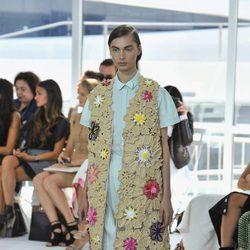 Vestido azul con chaleco largo de la colección de primavera/verano 2016 de Jesus del Pozo en Nueva York Fashion Week
